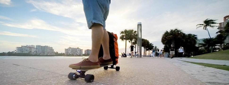 Empreendedores brasileiros criam skate que vira mochila