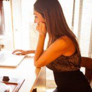 Brasileiros navegam na internet mais do que norte-americanos e canadenses