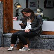 Pesquisa mostra que mulheres são mais dependentes dos smartphones do que os homens