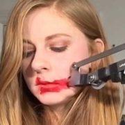 Conheça Simone Giertz, a rainha dos robôs extremamente inúteis