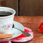 Brasileira alia viagens a cafés e faz sucesso no Instagram
