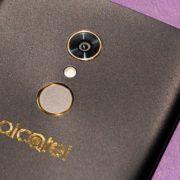 Alcatel A7: smartphone permite usar dois WhatsApp ao mesmo tempo e tem bateria de longa duração