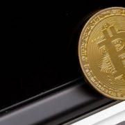 Bitcoins no lixão e pizzas milionárias: conheça casos inusitados envolvendo criptomoedas
