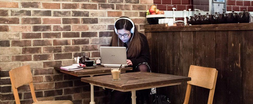 Conheça podcasts cheios de humor e informação comandados por mulheres