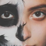 Cuidado! Novo golpe do WhatsApp promete kit de maquiagem no Dia Internacional da Mulher