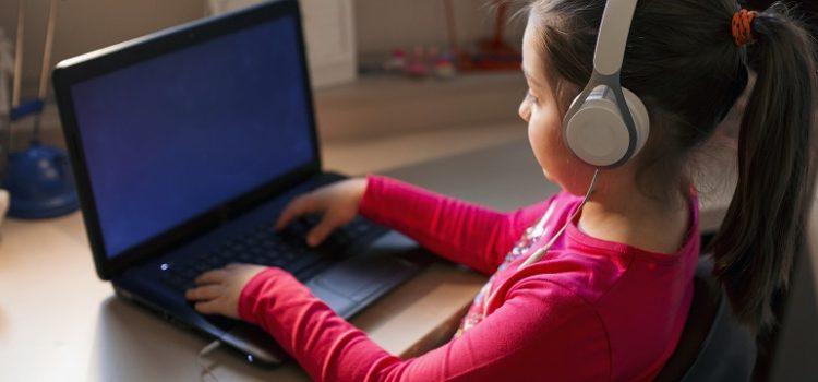 Redes sociais, tradutores e mais: o que as crianças procuram na internet