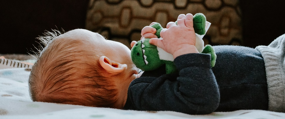 Pulseira ajuda pais com deficiência auditiva a perceber choro de bebês