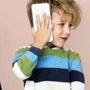 Mais da metade dos pais no Brasil conversam regularmente com os filhos sobre segurança online