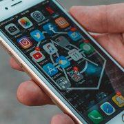 Celulares da Apple e Samsung ficaram mais baratos em março